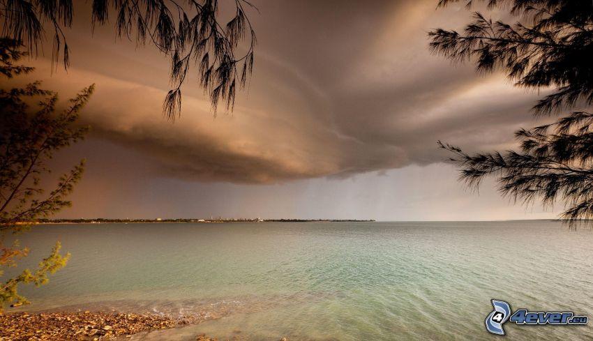 mer, plage de sable, nuages d'orage