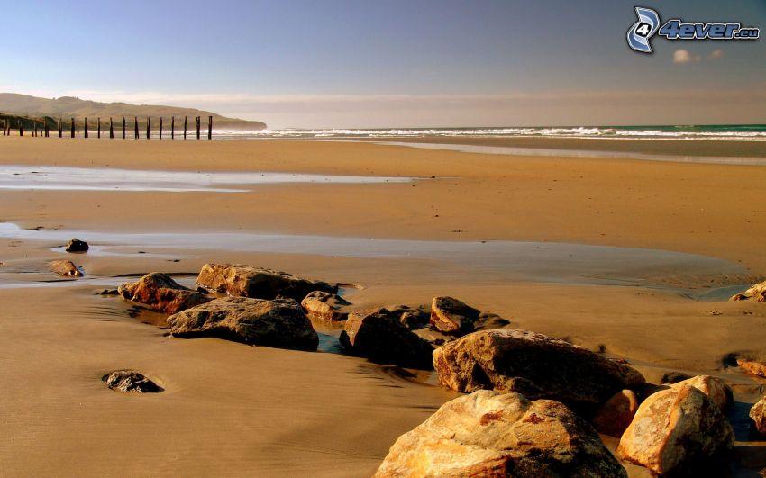 plage de sable, pierres, mer