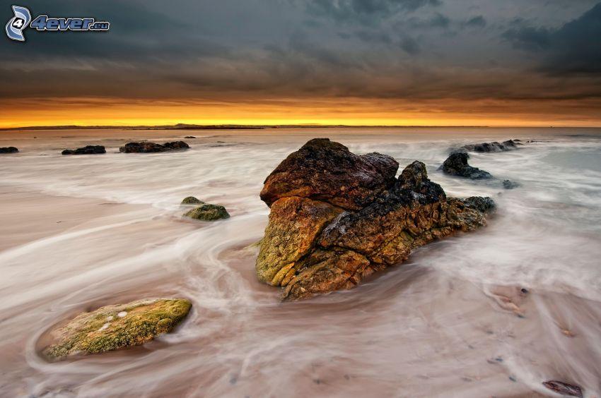 roche dans la mer, mer, ciel du soir