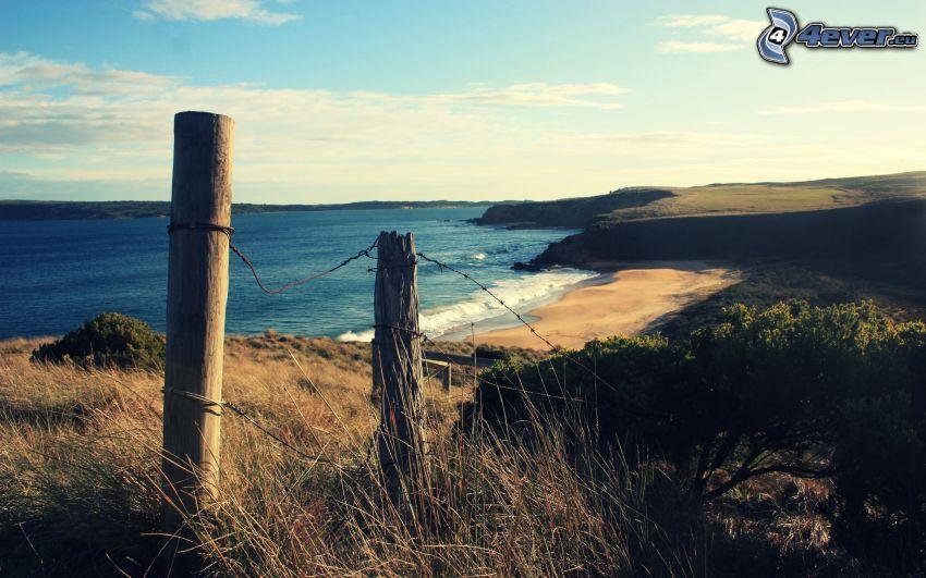 vieille clôture, plage de sable, grillage, vue sur la mer