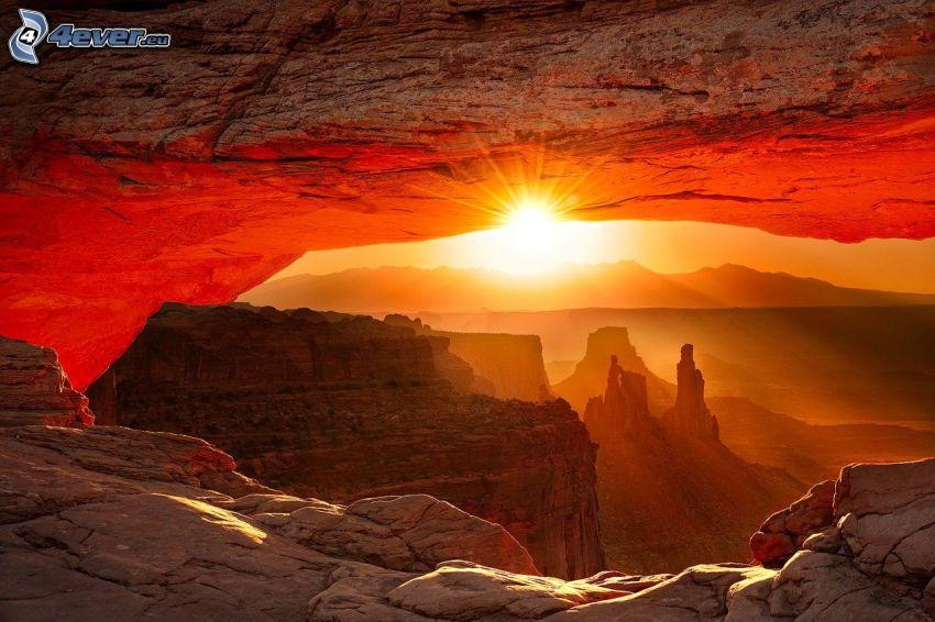 Mesa Arch, porte de roche, coucher du soleil