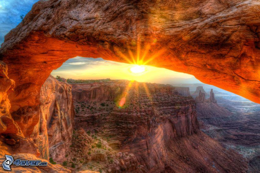 Mesa Arch, porte de roche, vue des roches, coucher du soleil