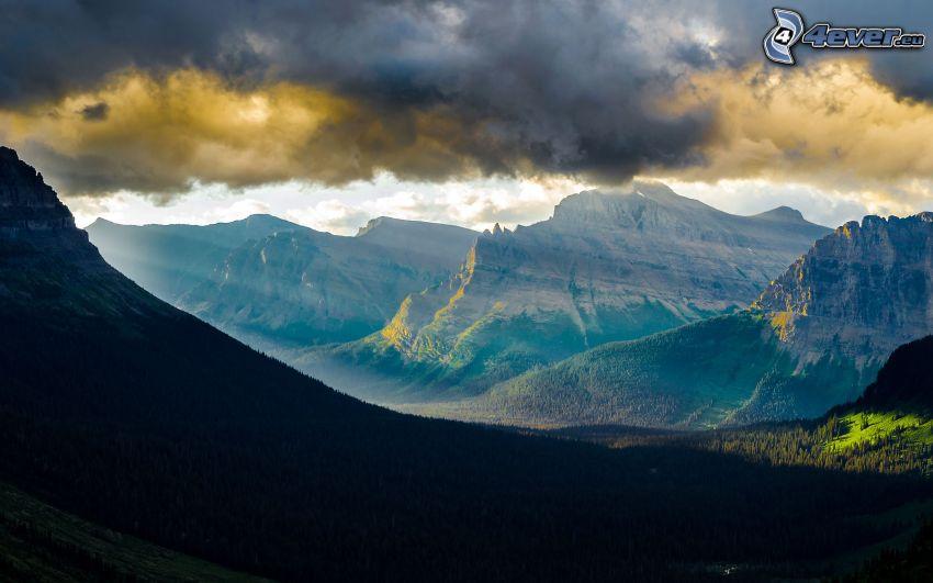 collines, nuages, rayons du soleil