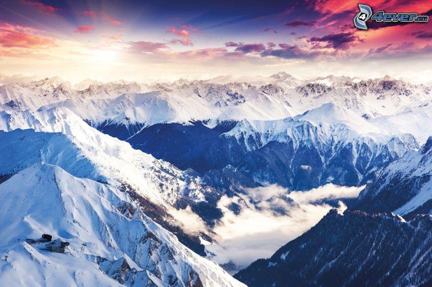 montagnes enneigées, coucher du soleil, ciel violet