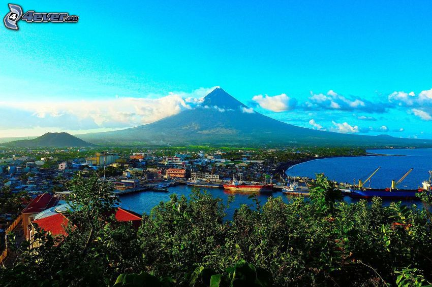 Mount Mayon, une ville côtière, nuages, Philippines