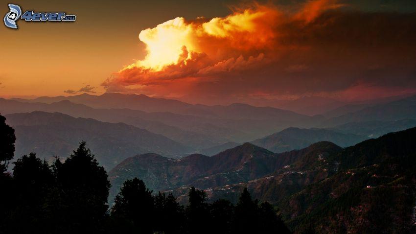 vue sur le paysage, montagnes, nuages jaunes, Inde, coucher du soleil
