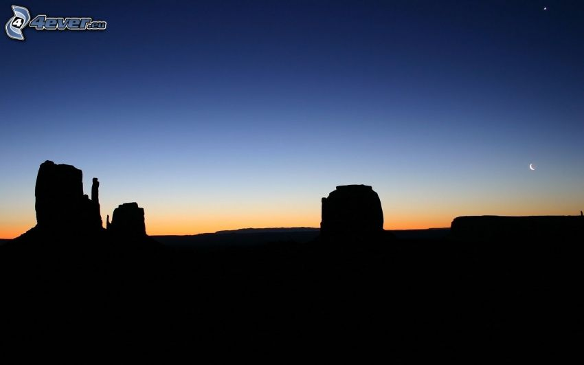 Monument Valley, silhouette horizon, ciel du soir