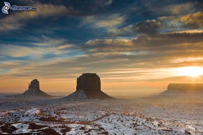 Monument Valley, USA, rochers, neige, coucher du soleil