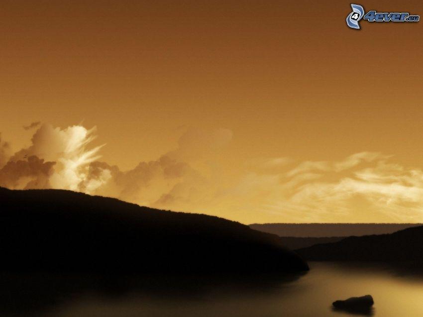 collines, rivière, après le coucher du soleil