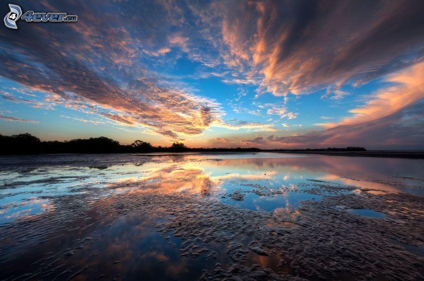 lac, après le coucher du soleil, nuages