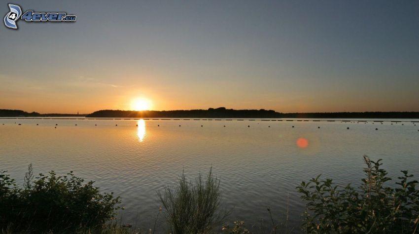 Lac calme du soir, coucher du soleil