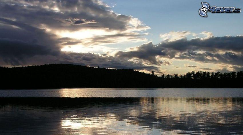 Lac calme du soir, nuages