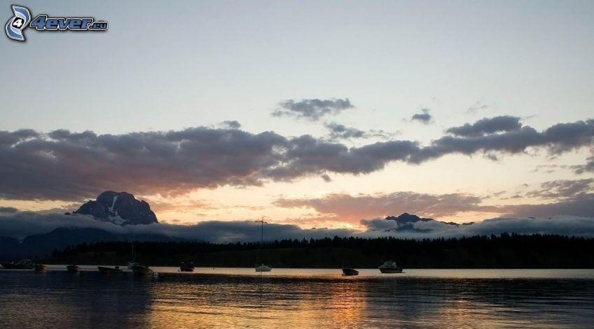 Lac calme du soir