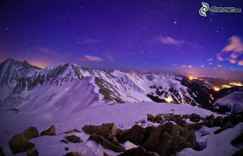 montagnes enneigées, ciel étoilé