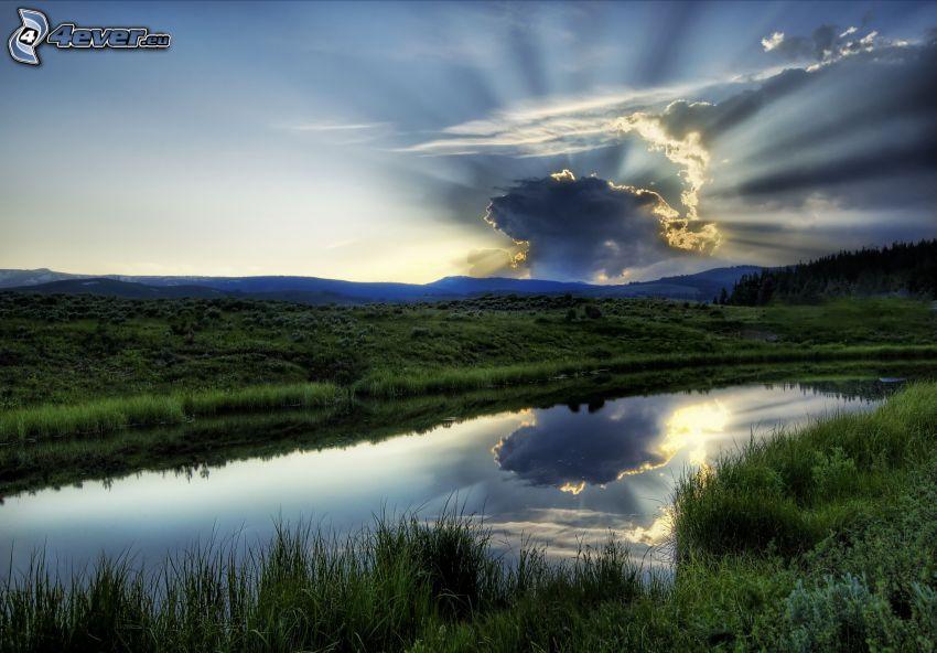 soleil derrière les nuages, rivière, montagne, rayons du soleil