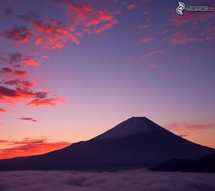 volcan, après le coucher du soleil