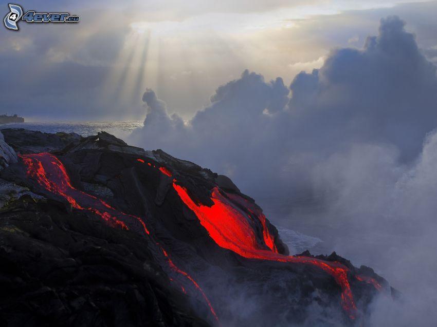 volcan, lave, nuages, rayons du soleil