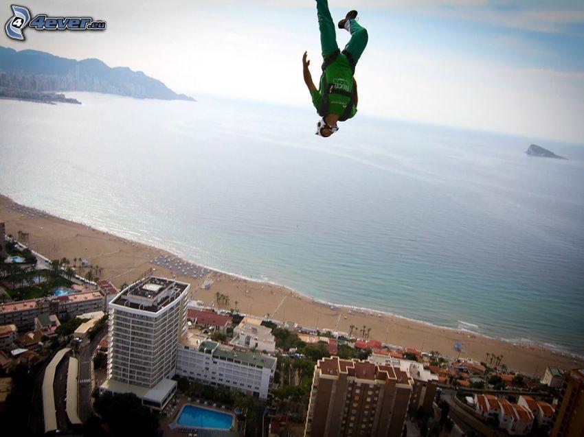 BASE Jump, ouvert mer, plage de sable