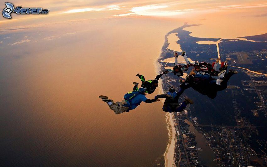 les parachutistes, une ville côtière
