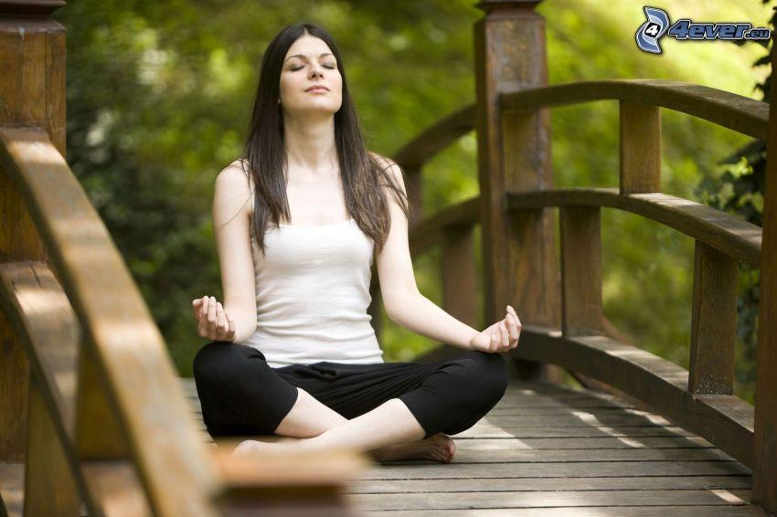 méditation, yoga, sit turc, pont de bois
