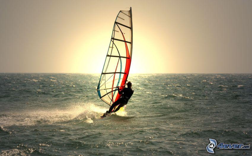 surfeur, planche à voile, couchage de soleil à la mer