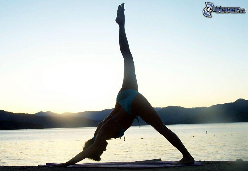 yoga, femme en bikini, lac, après le coucher du soleil