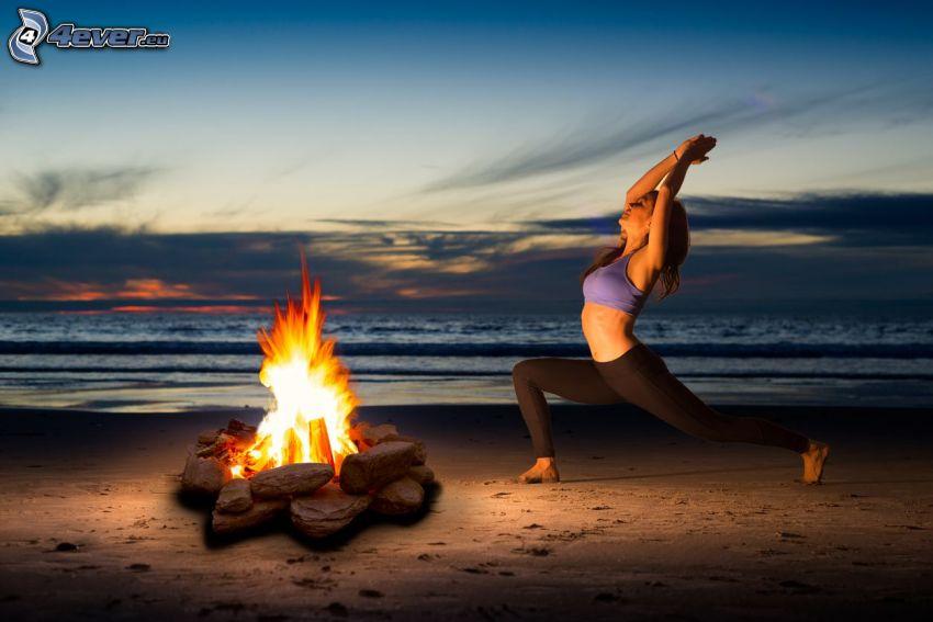 yoga, gymnastique, feu, plage de sable, ouvert mer