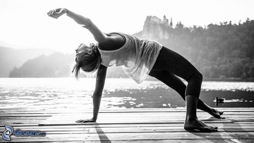 yoga, gymnastique, jetée, lac, photo noir et blanc