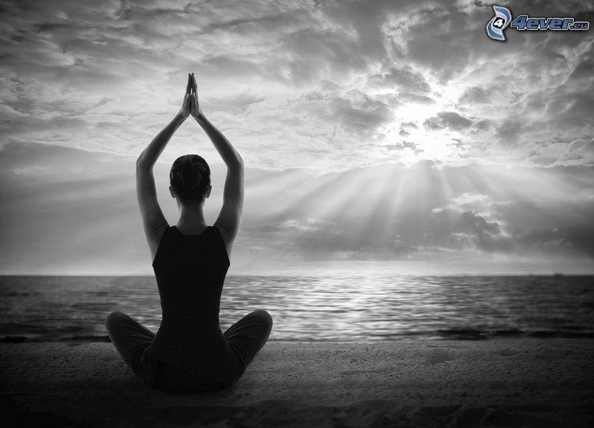 yoga, méditation, sit turc, ouvert mer, soleil derrière les nuages, rayons du soleil