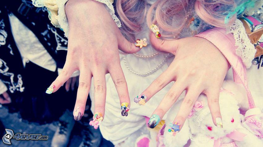 ongles peints, mains