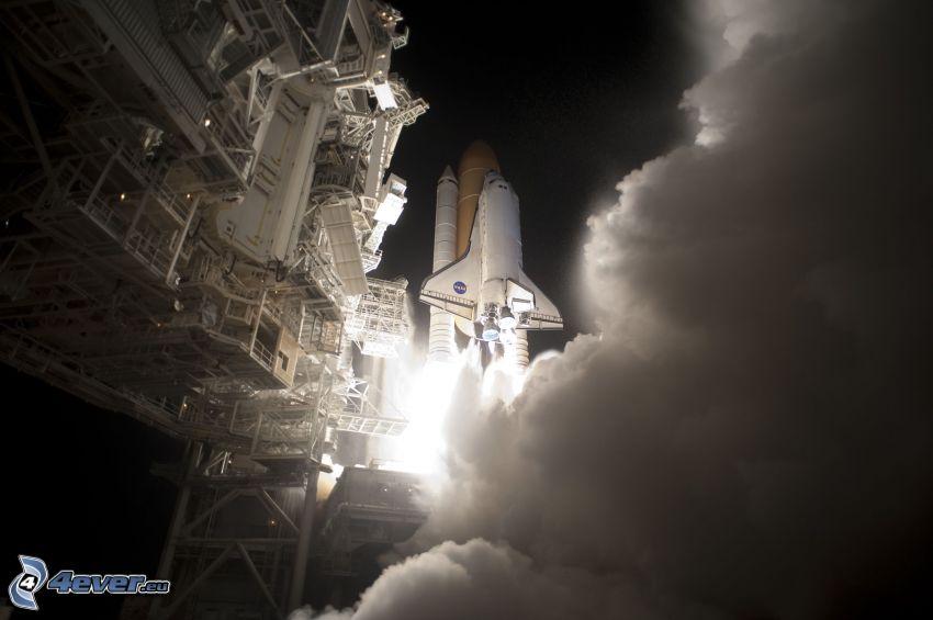 décollage d´une navette, aire de lancement, fumée