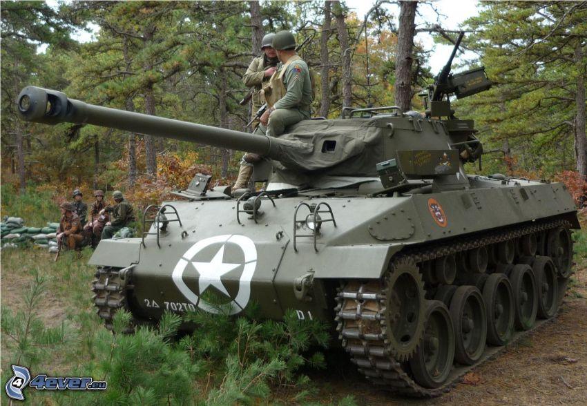 M18 Hellcat, char, soldats, forêt de conifères