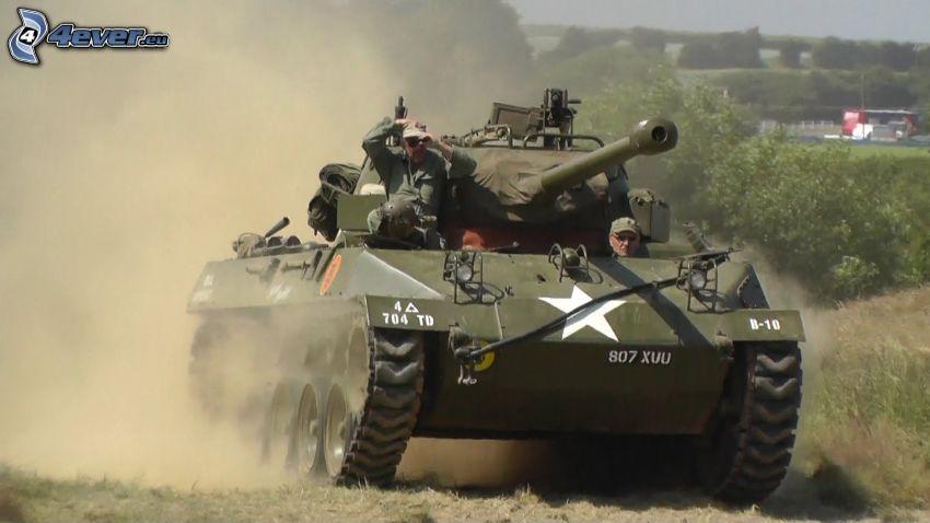 M18 Hellcat, soldats, la poussière