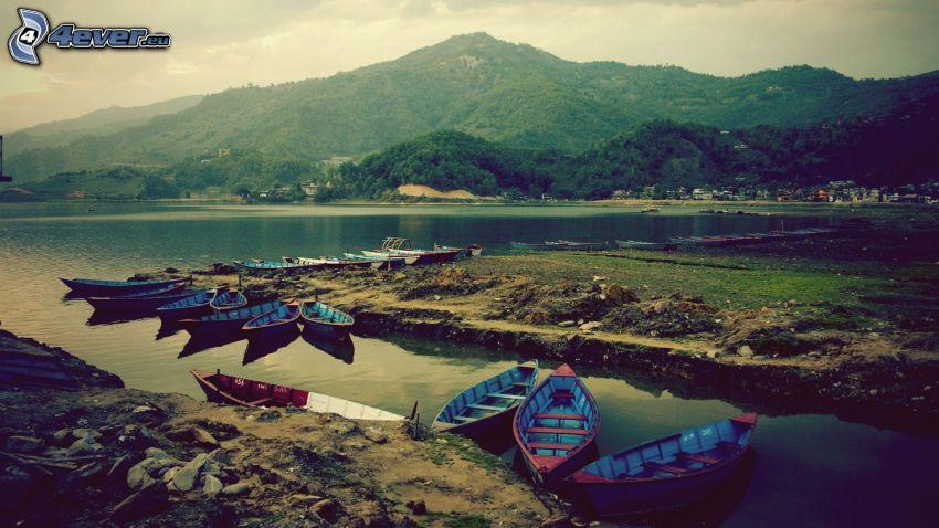 bateau à côte, montagne
