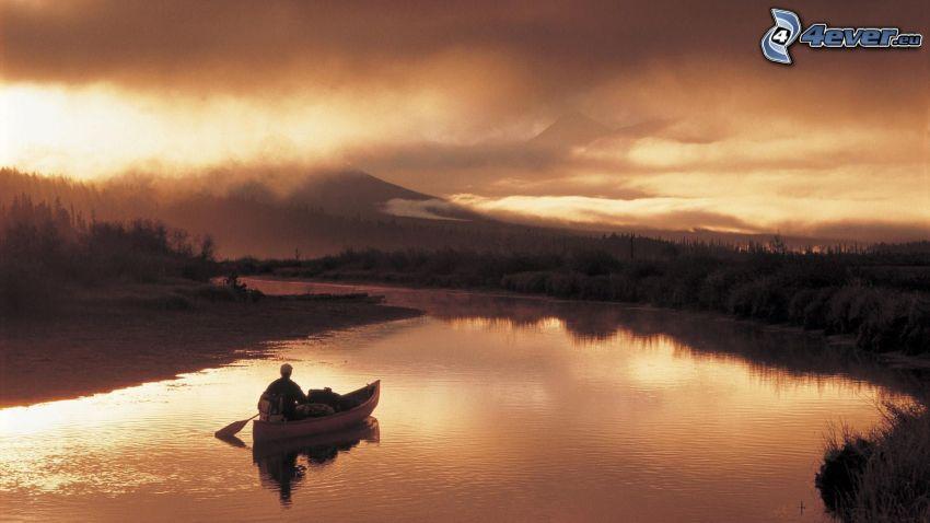 canoë, rivière, montagne, nuages sombres