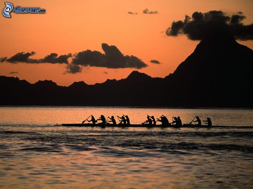 canoë, silhouettes de personnes, montagne, rivière, ciel orange