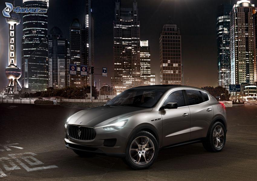 Maserati Levante, ville dans la nuit, gratte-ciel