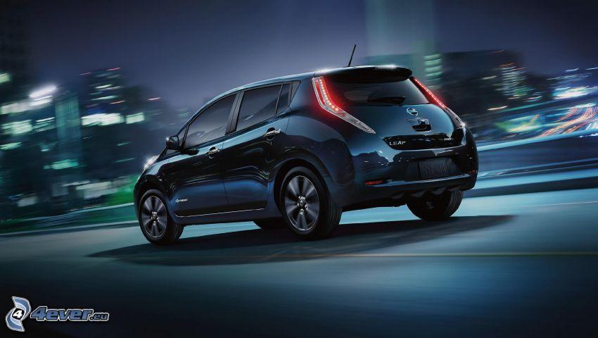 Nissan Leaf, ville dans la nuit, la vitesse