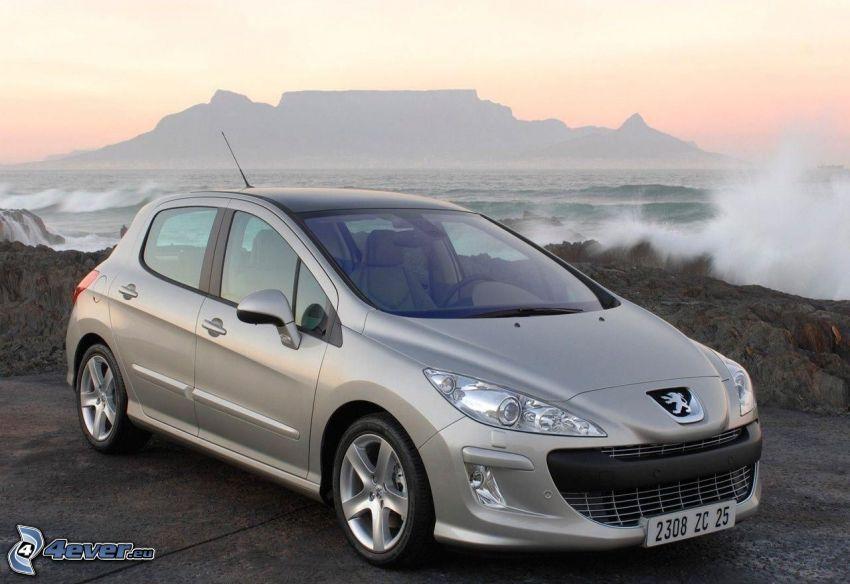 Peugeot 308CC, mer, après le coucher du soleil, vagues sur le rivage, montagnes tabulaires