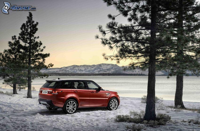 Range Rover, lac gelé, neige, arbres conifères