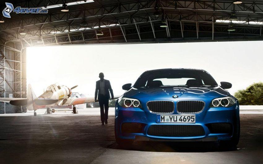 BMW M5, homme en costume, toit, avion