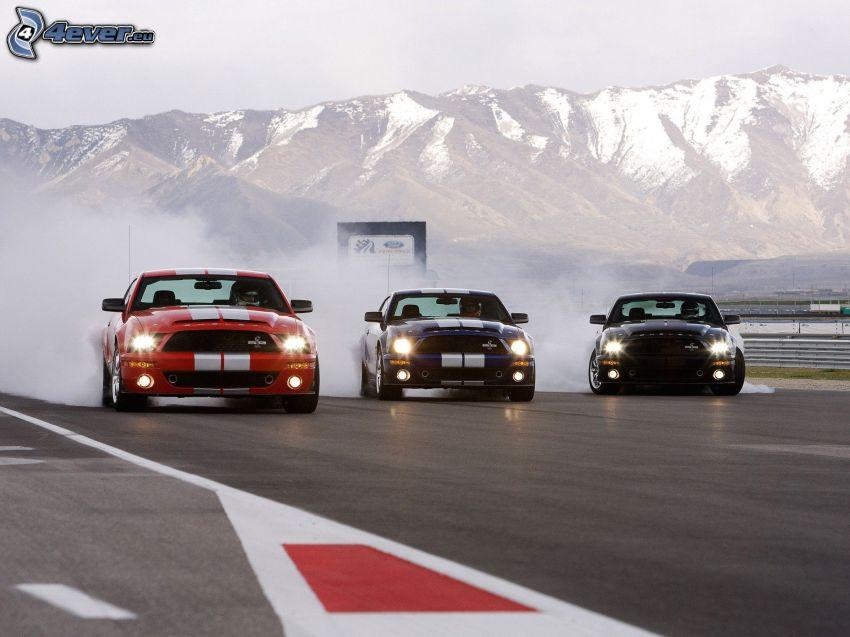 Ford Mustang Shelby GT500, voiture de course, circuit automobile, fumée, collines enneigées