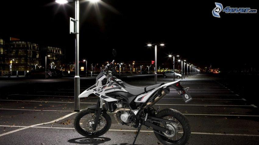 Yamaha WR125, parking, lampadaires, ville dans la nuit