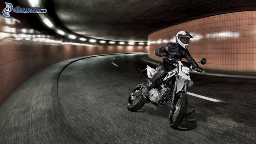 Yamaha WR125, route, tournant, tunnel