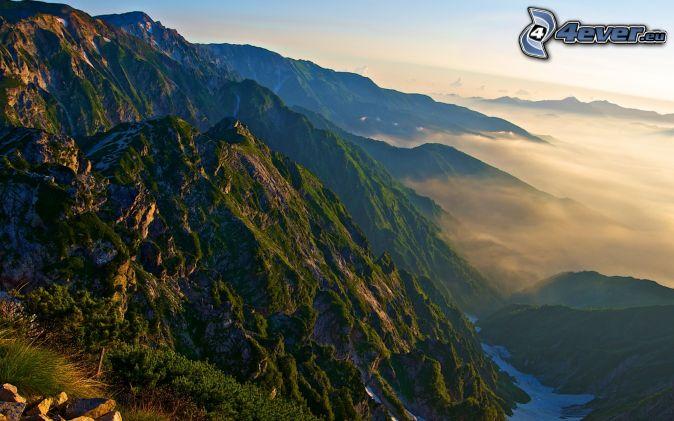 Alpi, montagne rocciose, sopra le nuvole