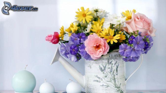 fiori di campo, annaffiatoio, candele