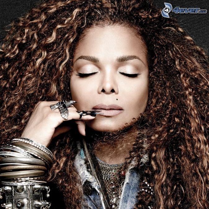 Janet Jackson, capelli ricci, braccialetti