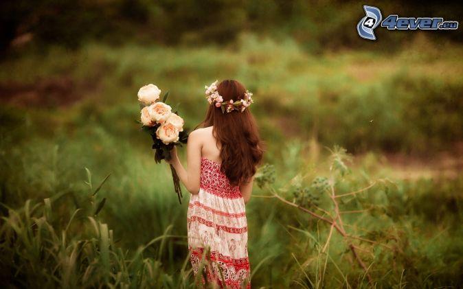 ragazza sul prato, bouquet rose, fascia capelli