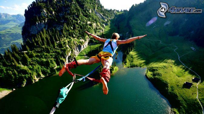 Bungee jumping, caduta libera, il fiume, paesaggio