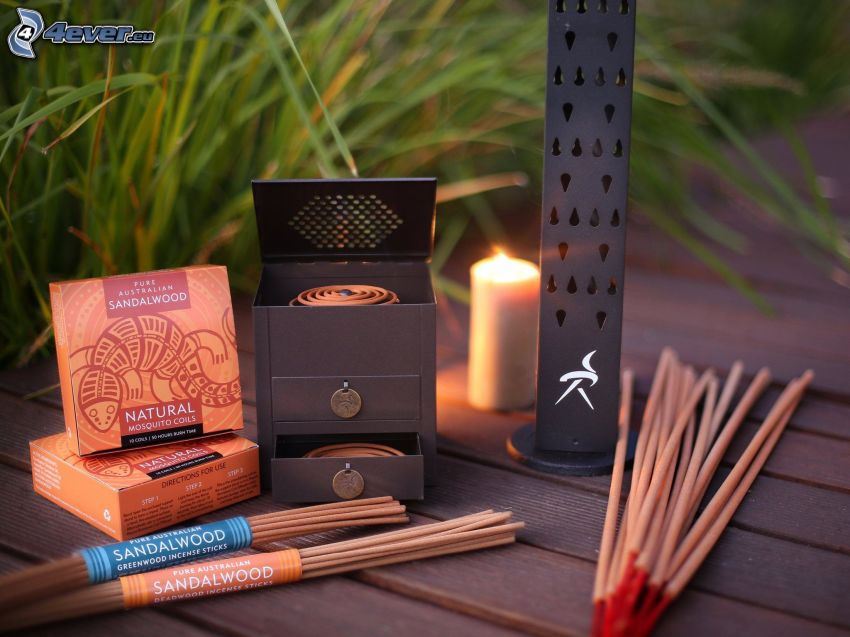 bastoncini di incenso, candela, fili d'erba